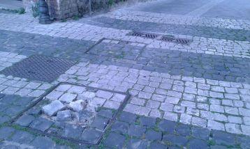 Tombini disastrati a Piazza Santa Maria...