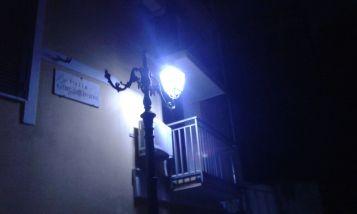 Tanti lampioni senza portalampada...